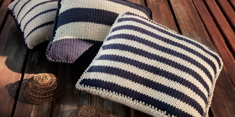 Des coussins rayés en tricot