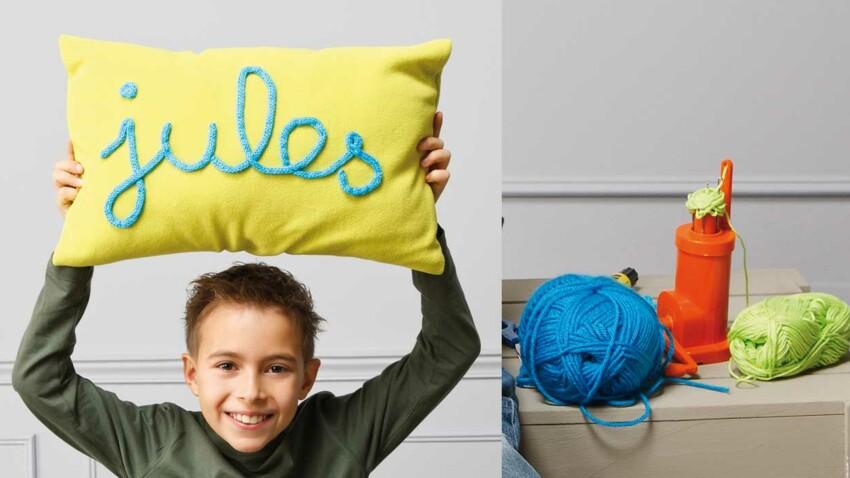 Le coussin décoré au tricotin
