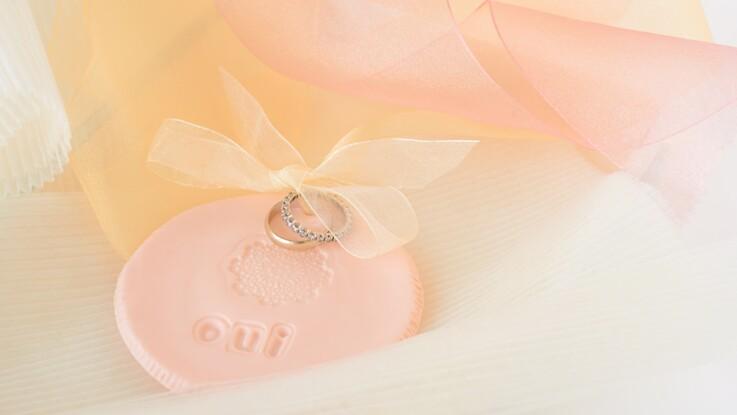 Mariage : un porte-alliances en dentelle