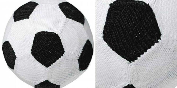 Un ballon de foot tricoté