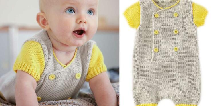 Une combinaison courte tricotée pour bébé