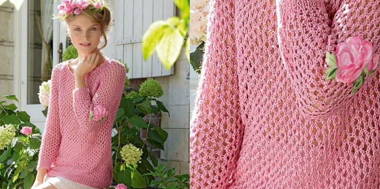 Un pull rose ajouré