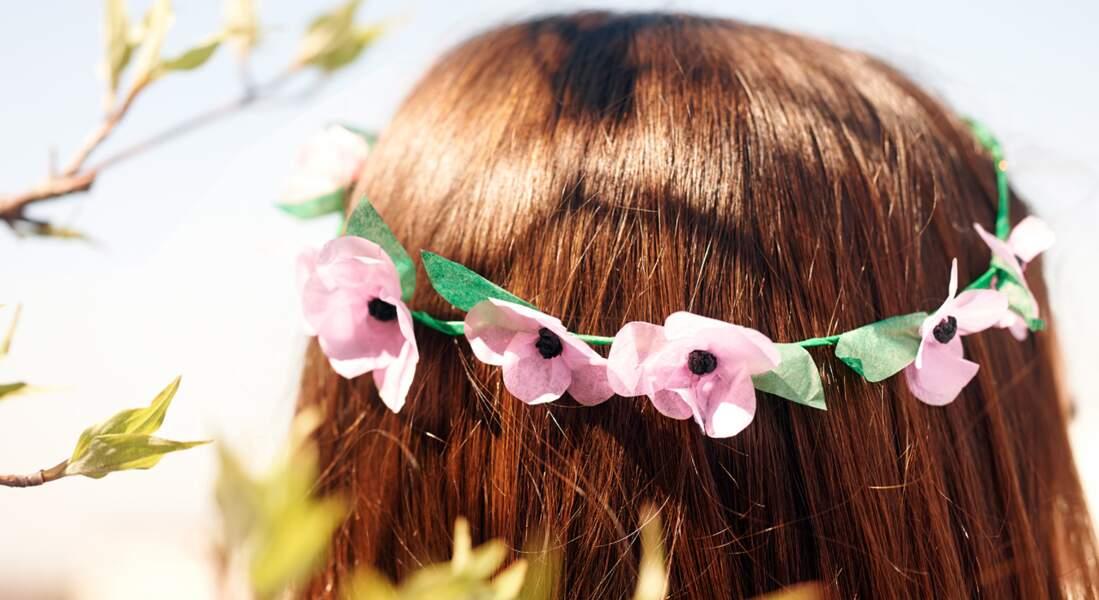 Une couronne de fleurs en papier de soie