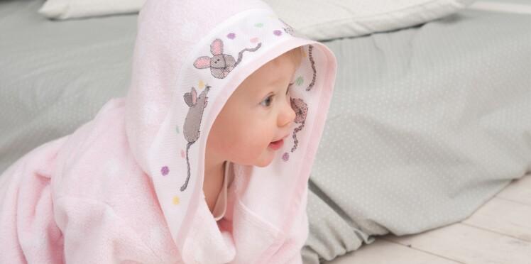 Un peignoir brodé pour bébé