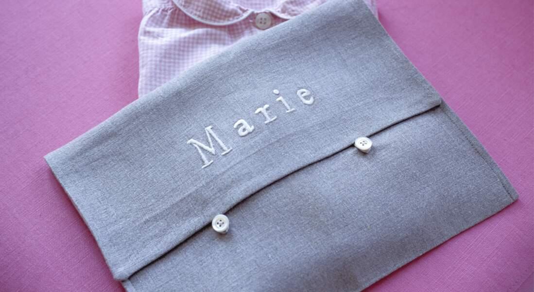 Un sac à goûter façon pochette au prénom brodé
