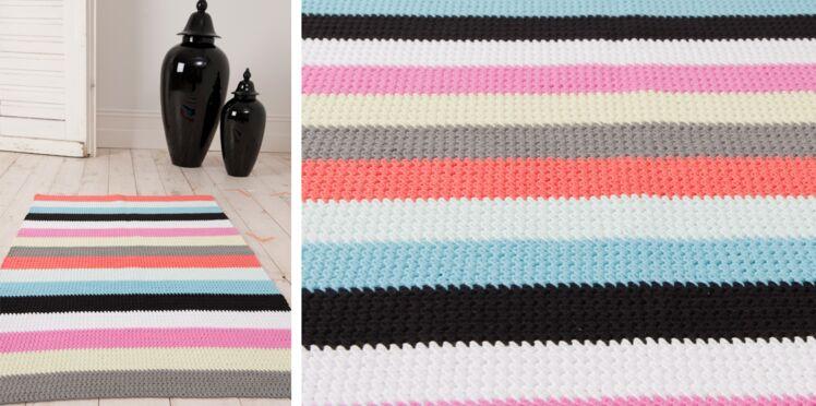 Un tapis rayé au crochet