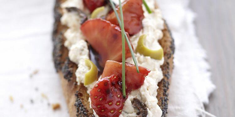 Tartine fromage frais, fraises au balsamique et olives