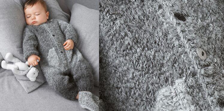 Une combinaison tricotée pour bébé