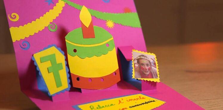 Une carte d'invitation d'anniversaire en pop-up