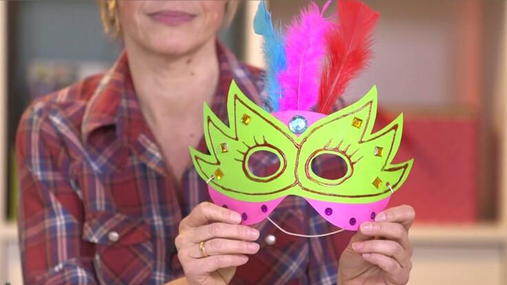 Un masque à plumes