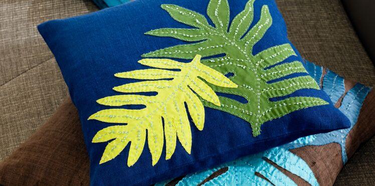 Un coussin avec des feuilles colorées