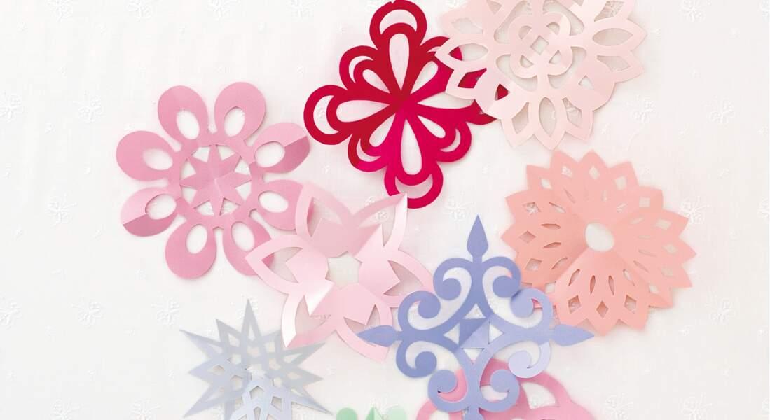 Des fleurs en papier découpé