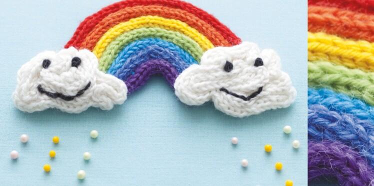 Faire du tricotin en forme d'arc en ciel
