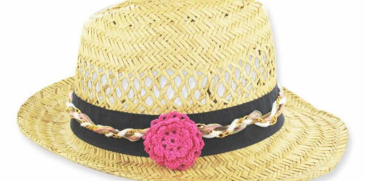 Une fleur au crochet sur mon chapeau de paille