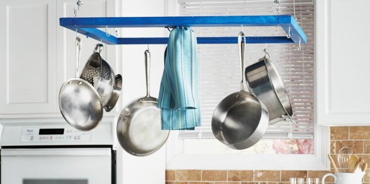 Un porte-casseroles, une idée astucieuse pour sa cuisine