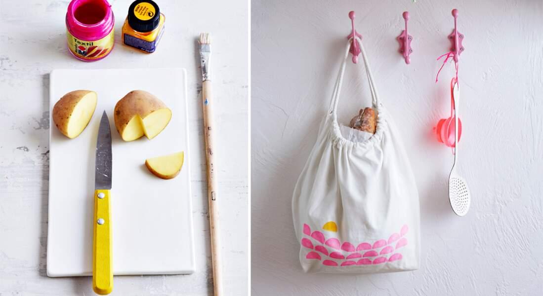 Des tampons pommes de terre pour customiser un sac à goûter