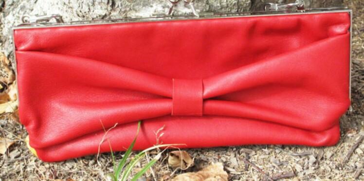 Une pochette noeud en cuir rouge