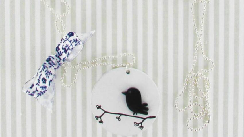 Un sautoir à motifs d'oiseaux