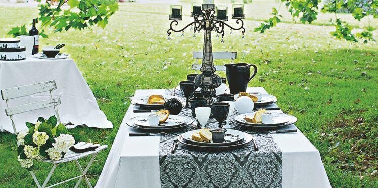 Une table baroque en noir et blanc