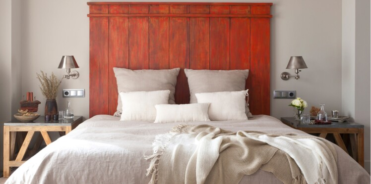 Une tête de lit en bois