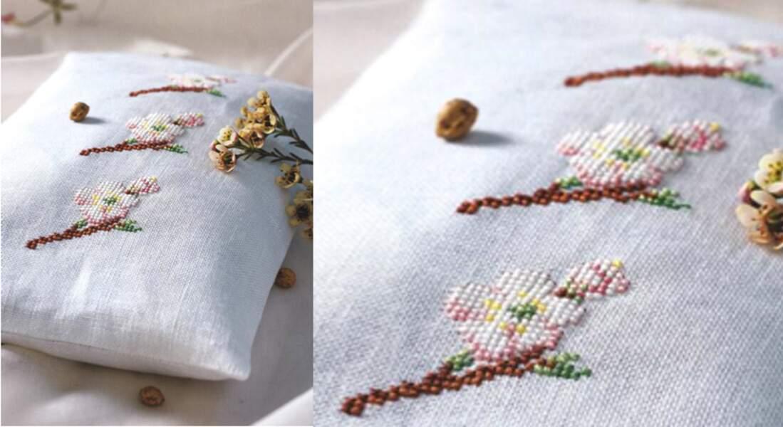 Un coussin brodé de fleurs de cerisier