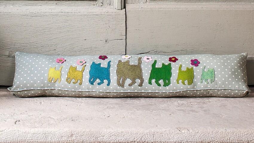 Un bas de porte décoré de chats