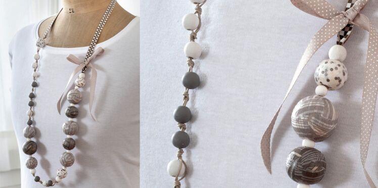 Un collier en perles de bois