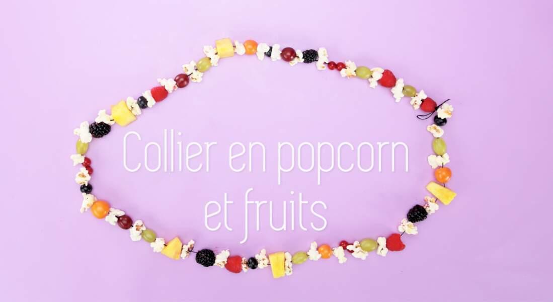 Un collier de fruits et de popcorn