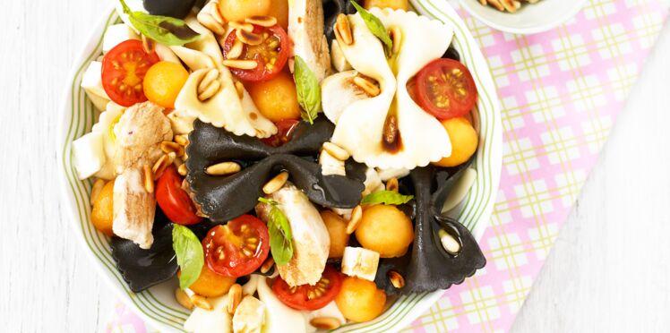 Salade de pâtes en noir et blanc, émincé de poulet