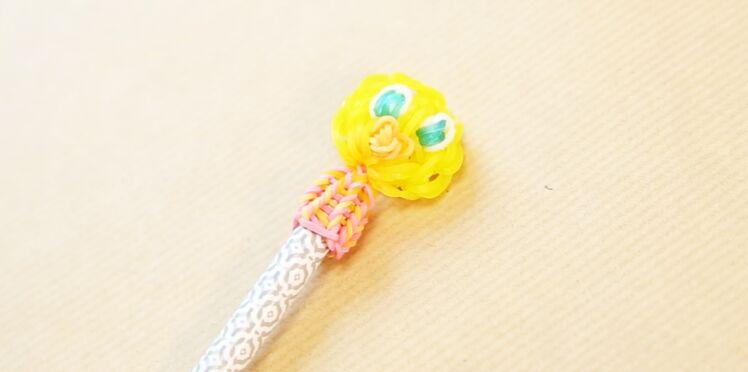 Une figurine Titi en élastiques Rainbow Loom sur un crayon