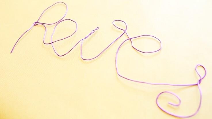 Des lettres modelées en fil de fer