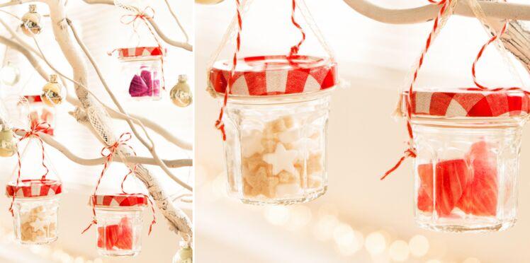 Des pots de confitures en verre comme boules de Noël