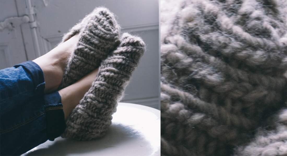 Les chaussons tricotés gris