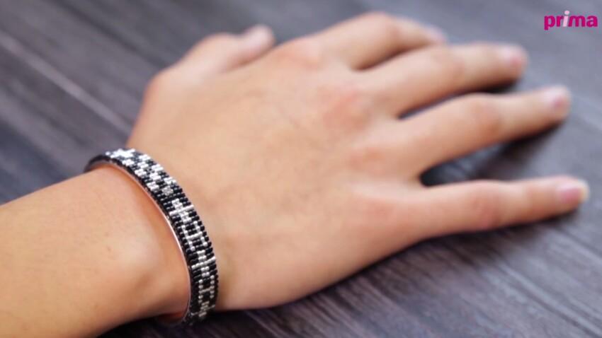 Un bracelet manchette tissé en perles de verre