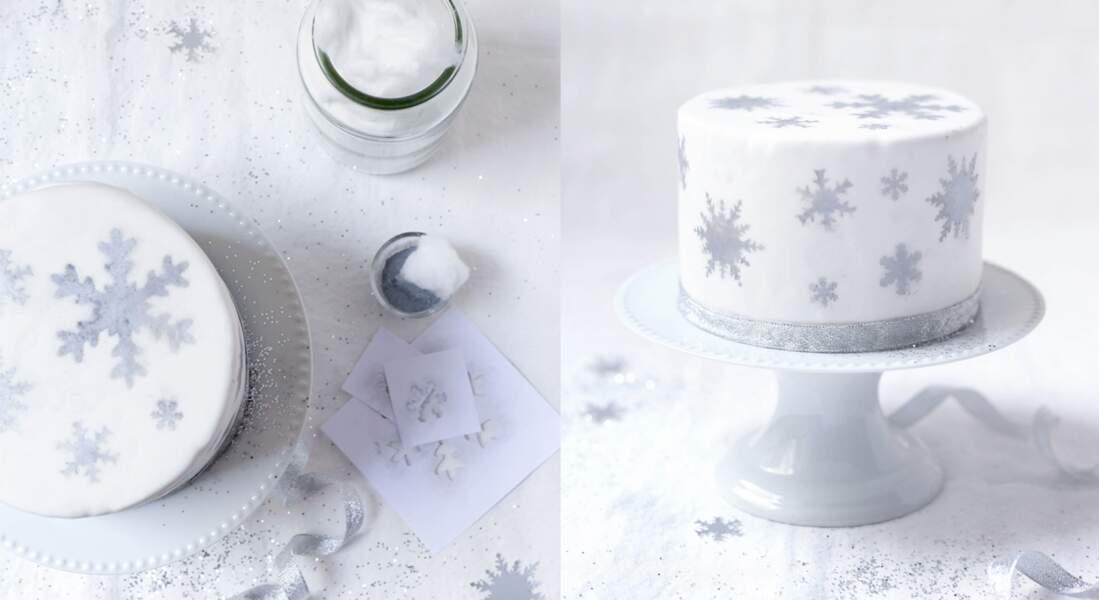Gâteau de Noël en pâte à sucre décoré de flocons argentés