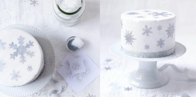 Gâteau de Noël en pâte à sucre décoré de flocons argentés / Reine des Neiges