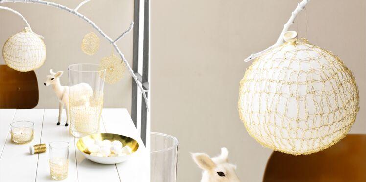Déco de Noël : un ballon en résille de laiton