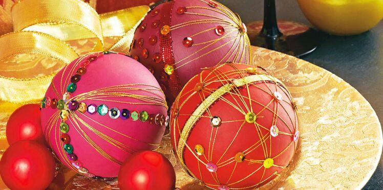 Des boules de Noël en sequins et fils tendus