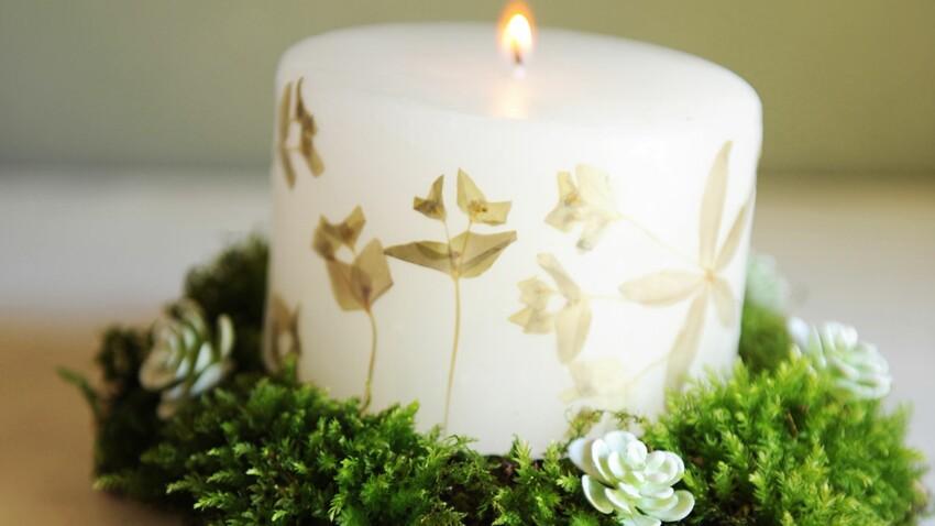 Une bougie de Noël imprimée de fleurs séchées