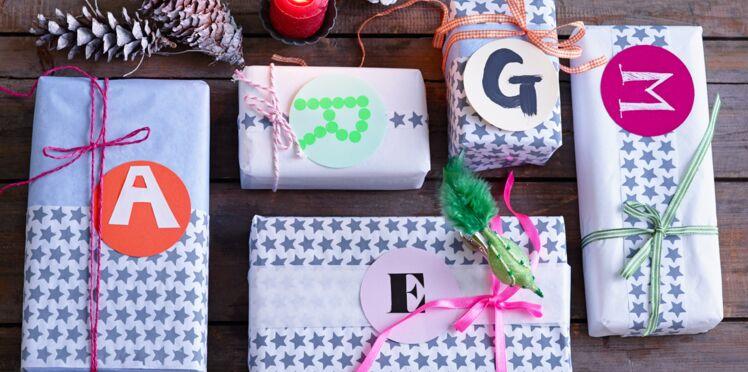 Paquets cadeaux de Noël miniatures aux initiales