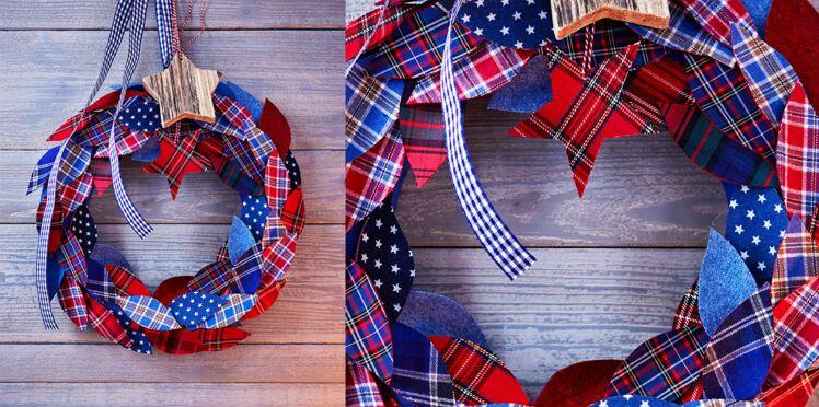 Une couronne de Noël ornée de feuilles en tissu écossais