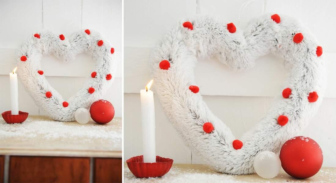 Une couronne de Noël en fourrure et pompons