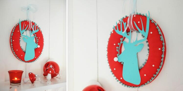 Une couronne de Noël tête de cerf ornée de rubans