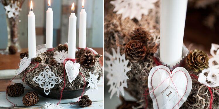 Un centre de table de Noël : une couronne décorée de papiers
