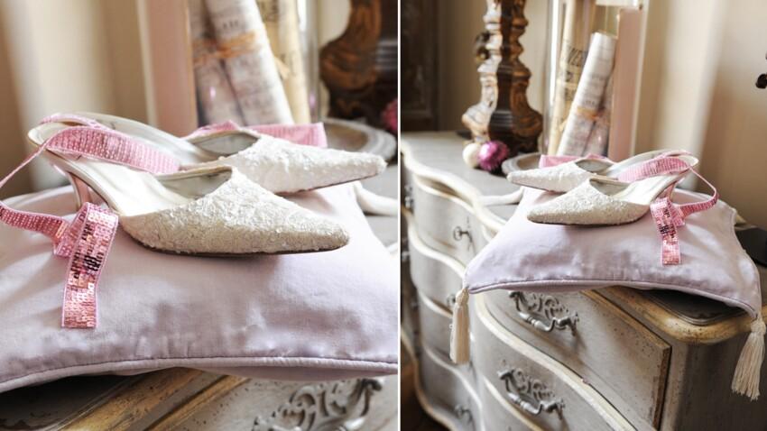 Customiser un coussin en satin avec des pompons