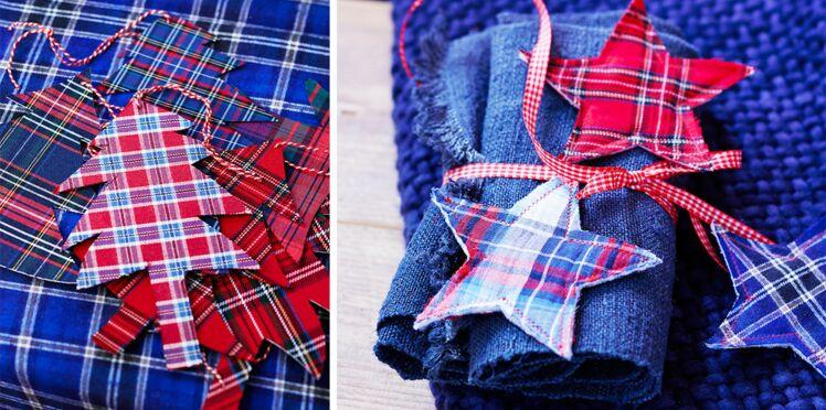 Des étiquettes de Noël à carreaux écossais
