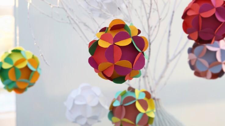 """Décorations de Noël : des boules """"fleurs"""" en papier"""