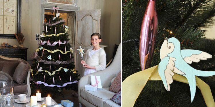 Décoration de Noël : sapin enrubanné et oiseaux en papier