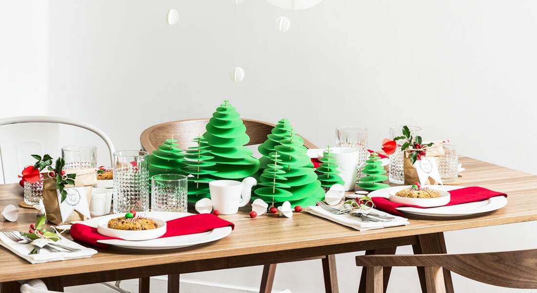 Une décoration de table de Noël traditionnelle en rouge et vert