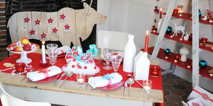 Une décoration de table de Noël nordique en rouge et bleu